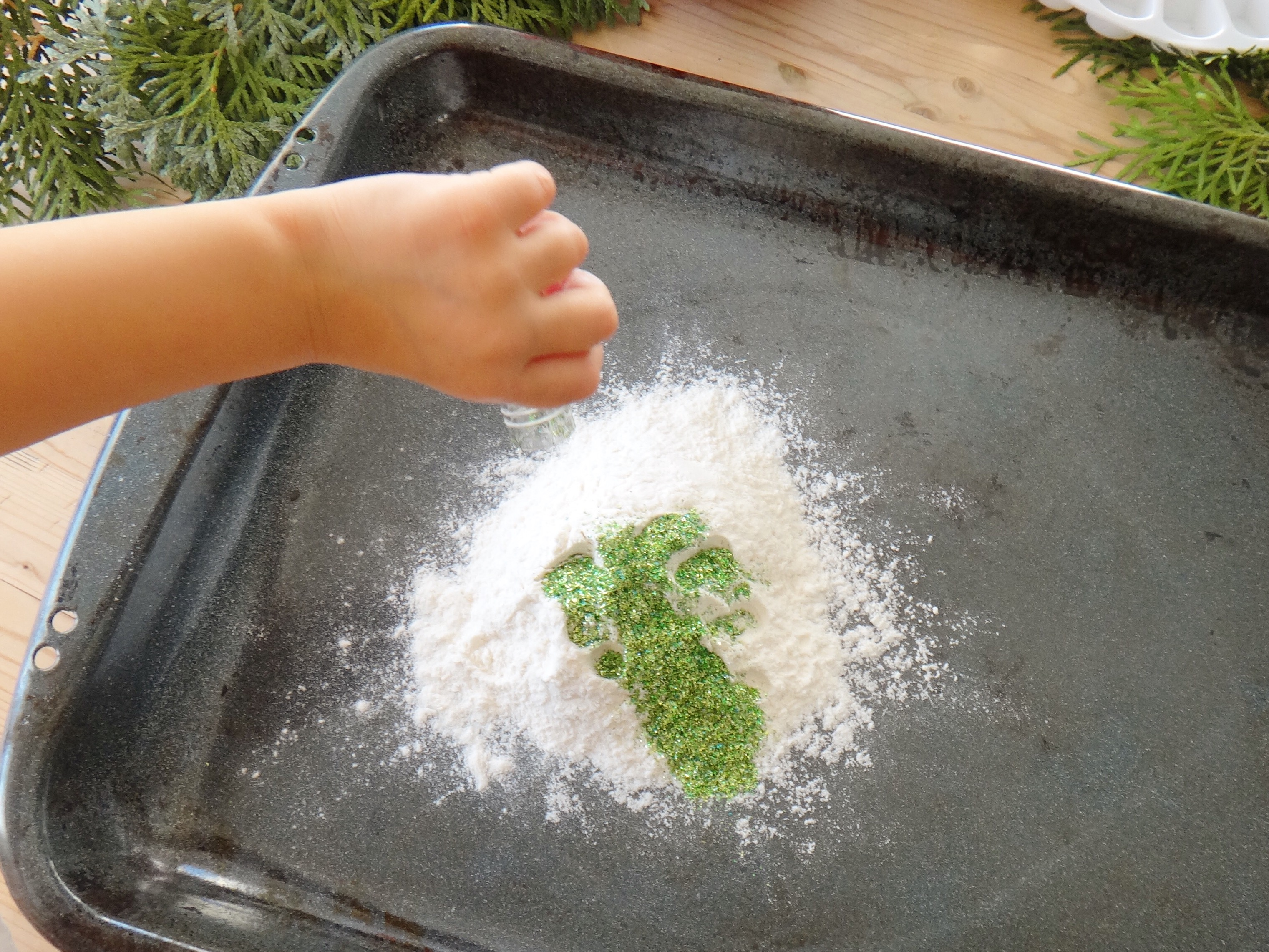 DIY Mini Snow Wreaths using Flour (3)